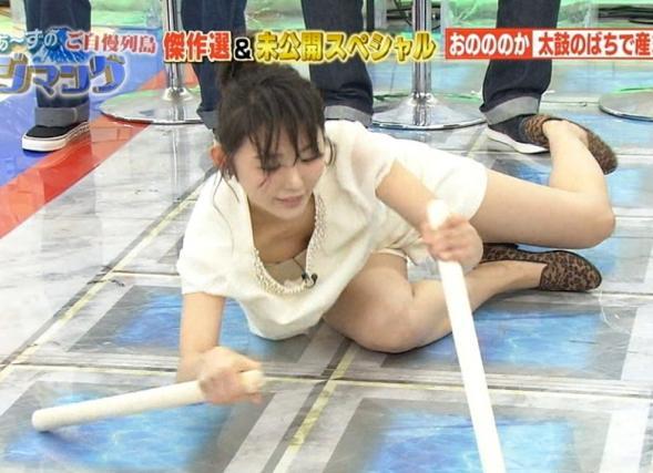 【放送事故画像】胸元が開いた服を着て前かがみになったらどぉなるでしょうか? 19