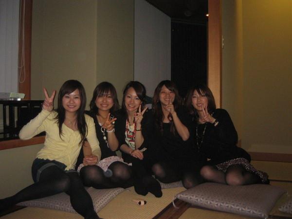 【パンチラ画像】友達といてるとやっぱり油断するんですかねぇwパンツ見えてるよw 16