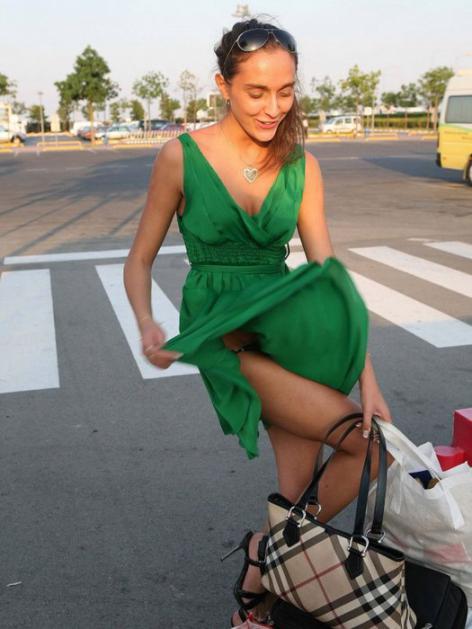 【ハプニング画像】風で煽られたスカート、前抑えてもお尻丸見えだよww 05
