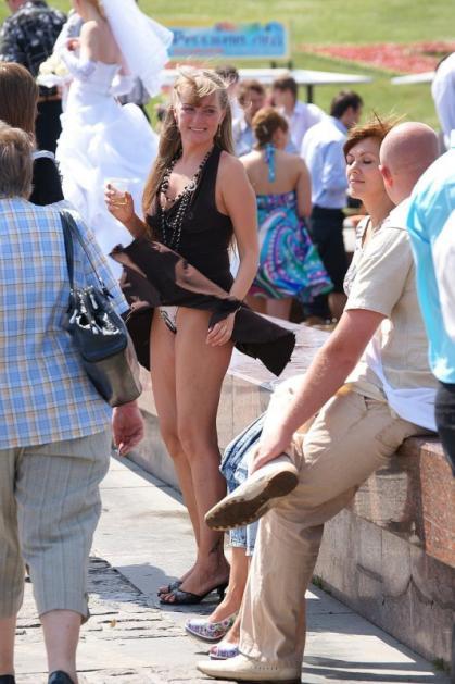 【ハプニング画像】風で煽られたスカート、前抑えてもお尻丸見えだよww 09