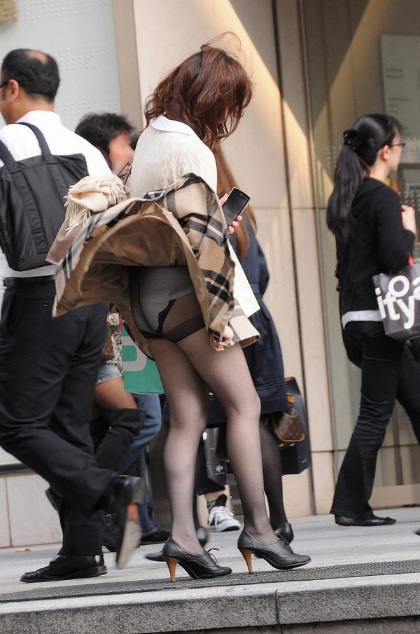 【ハプニング画像】風で煽られたスカート、前抑えてもお尻丸見えだよww 12