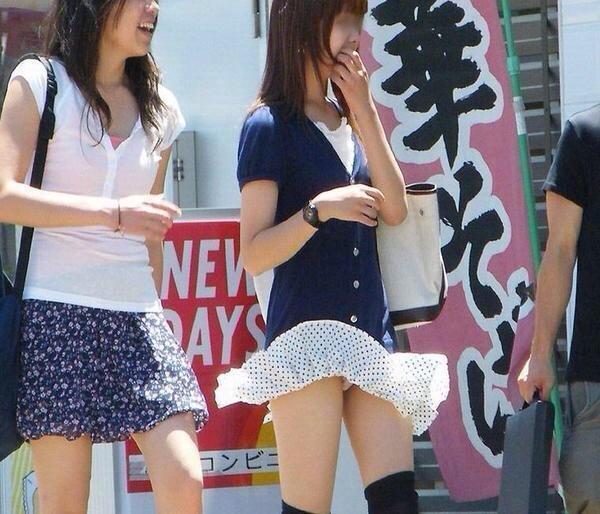 【ハプニング画像】風で煽られたスカート、前抑えてもお尻丸見えだよww 13
