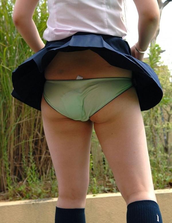 【ハプニング画像】風で煽られたスカート、前抑えてもお尻丸見えだよww 14