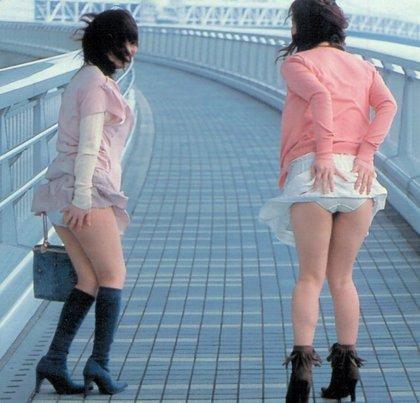 【ハプニング画像】風で煽られたスカート、前抑えてもお尻丸見えだよww 15