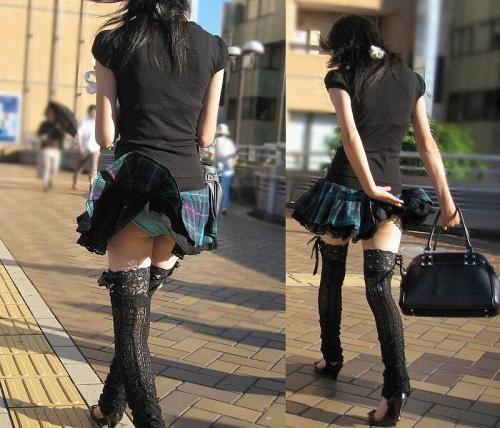 【ハプニング画像】風で煽られたスカート、前抑えてもお尻丸見えだよww 18