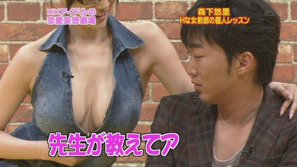 【放送事故画像】テレビの前でそんな巨乳見せつけたらいかんでしょww 16