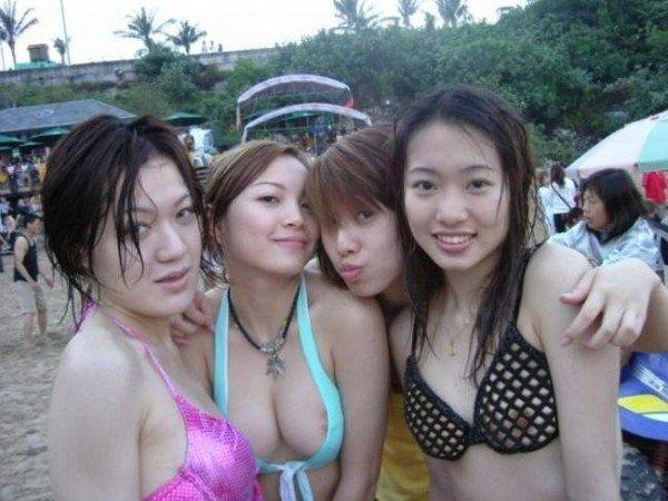 【ポロリ画像】ビーチでビーチク晒してるレディー達とお毛毛がでちゃってるレディーw 09