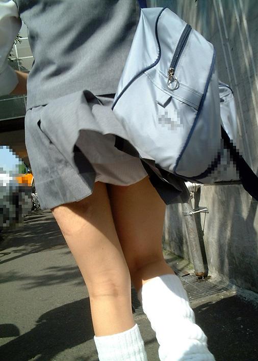 【ハプニング画像】透明人間でもいるのか!と思うくらい綺麗にスカートめくってくれる風の悪戯ww 09