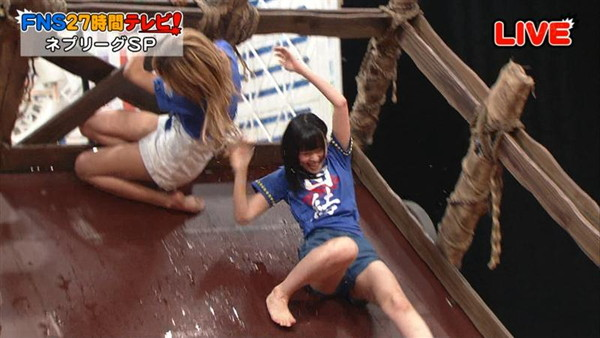 【放送事故画像】カメラの前で股を広げる女達の股の隙間が気になる! 05