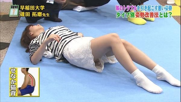 【放送事故画像】カメラの前で股を広げる女達の股の隙間が気になる! 18
