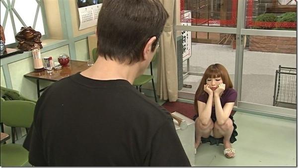 【放送事故画像】テレビに映った股の間からチラリと見えるものww
