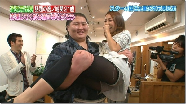 【放送事故画像】テレビに映った股の間からチラリと見えるものww 12