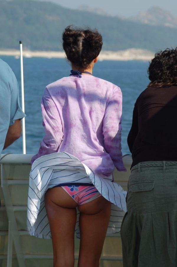 【ハプニング画像】待ちわびた瞬間が遂に来た時、スカートの中身が露わとなるw 10