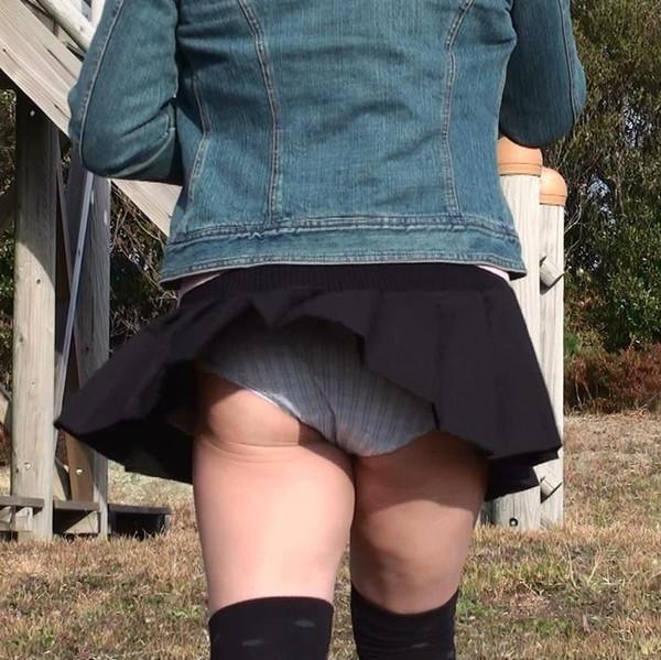 【ハプニング画像】待ちわびた瞬間が遂に来た時、スカートの中身が露わとなるw 18
