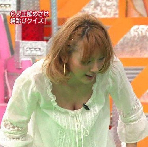 【放送事故画像】カメラの前で自分のパイオツ強調する女達w 10