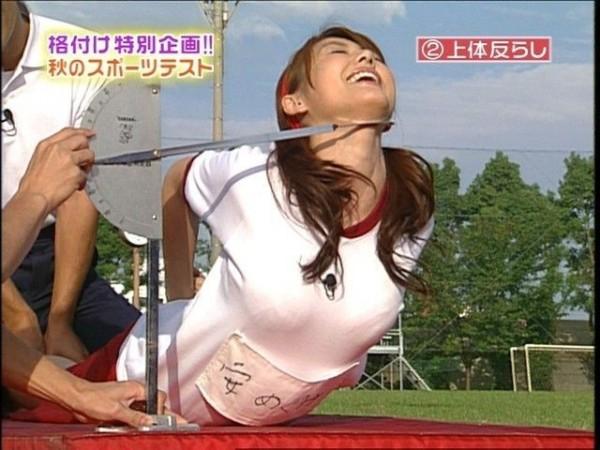 【放送事故画像】カメラの前で自分のパイオツ強調する女達w 14