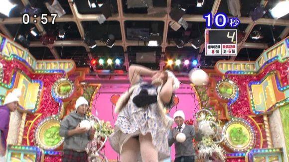 【放送事故画像】テレビに映ったパンツや見えてそうな際どい画像! 11