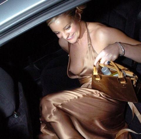 【ポロリ画像】ブラジャー付けてなかったら乳首見えてるのご存知ですか? 12