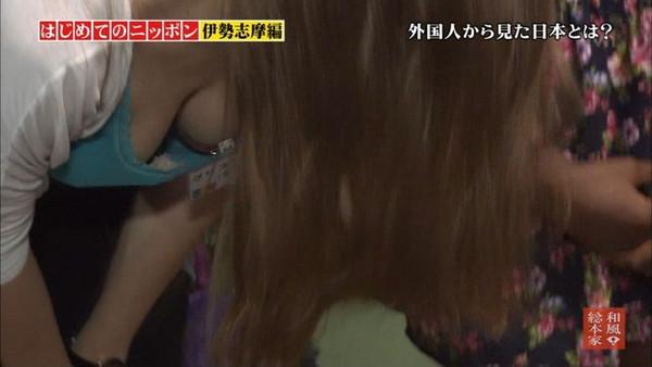 【放送事故画像】あわや乳首まで映るんじゃねえかてくらいオッパイ出てるやん! 13