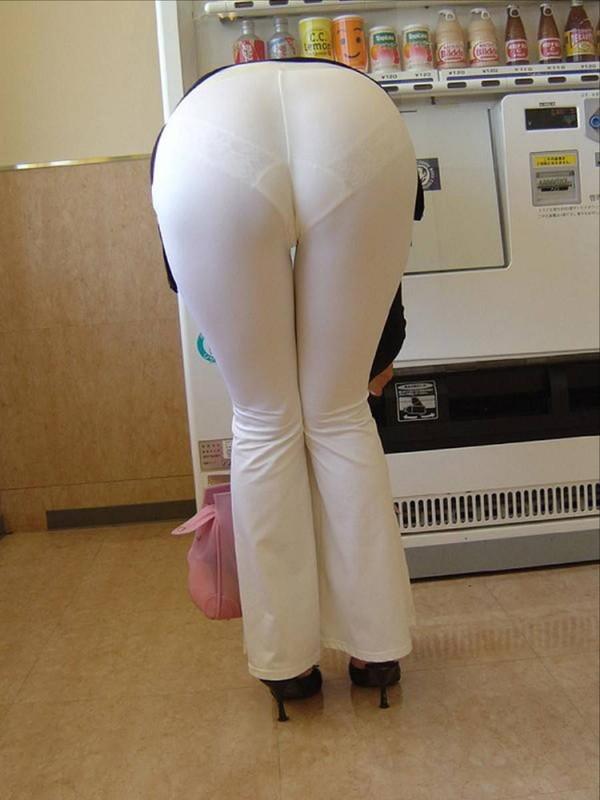 【透け画像】そんなに下着透けるパンツよく履くよなww