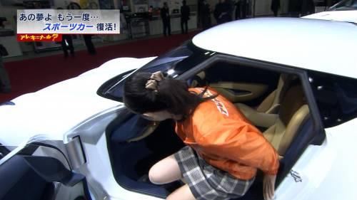 【放送事故画像】スカートの奥の方が気になってしょうがない!これは見えてる? 09