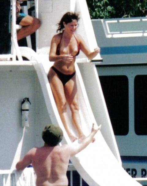 【ハプニング画像】水着から、はみ出る、透ける、筋が見えるww 09