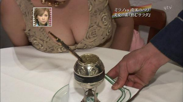 【放送事故画像】カメラの前でオッパイぷら~んってしてる女達ww 13