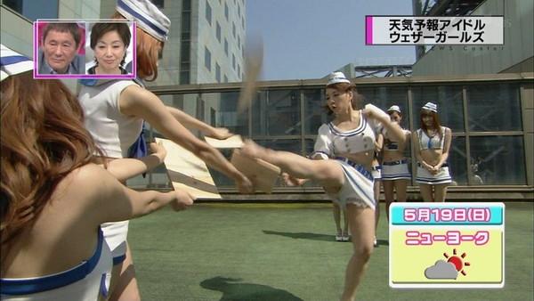 【放送事故画像】男を誘ってるかのような生足からのパンチラw 01
