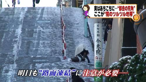 【放送事故画像】男を誘ってるかのような生足からのパンチラw 09