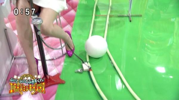 【放送事故画像】男を誘ってるかのような生足からのパンチラw 11