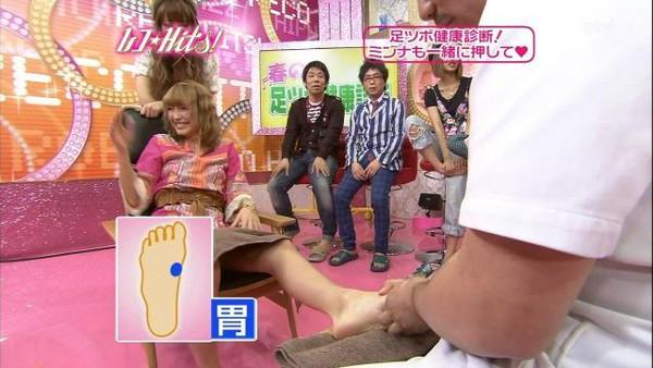 【放送事故画像】男を誘ってるかのような生足からのパンチラw 16