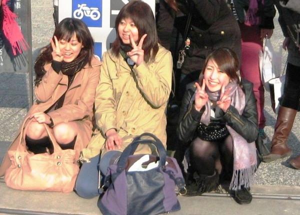 【パンチラ画像】人が集まって写真を撮れば必ず誰かやるパンチラww 15