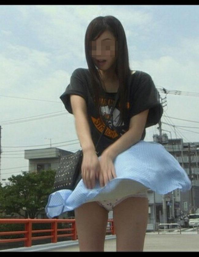 【パンチラ画像】気付いた頃にはもう遅し!ふわっとスカートめくれてパンチラ頂きましたwww 03