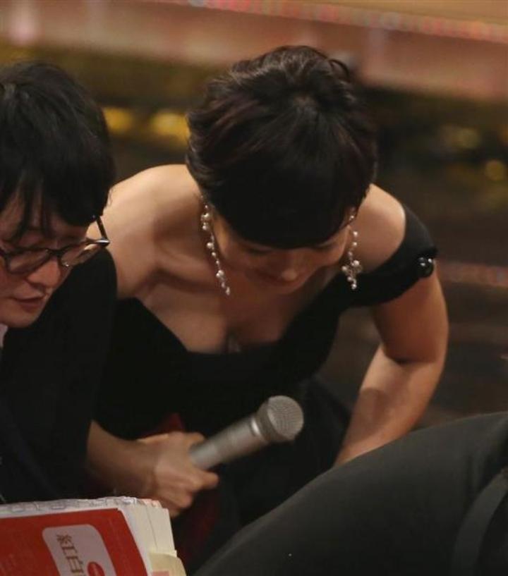【胸ちらキャプ画像】自分の胸元に注目を集めアピールする女性タレント達! 20