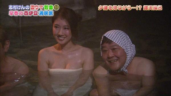 【温泉キャプ画像】バスタオル一枚でテレビに出るタレント達の体がエロすぎやしませんか??ww 24