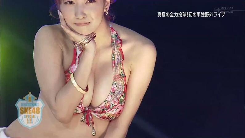 【水着キャプ画像】テレビに映る水着美女のオッパイがこぼれ落ちそうwww 03