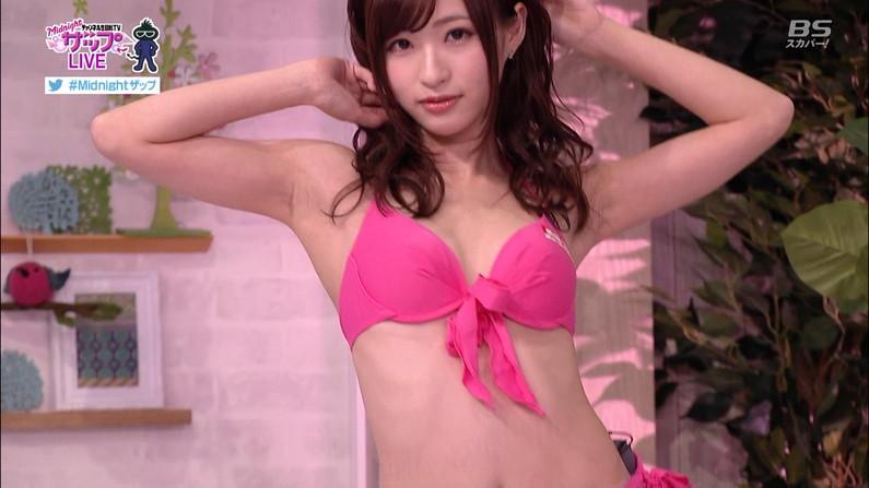 【水着キャプ画像】テレビに映る水着美女のオッパイがこぼれ落ちそうwww 04