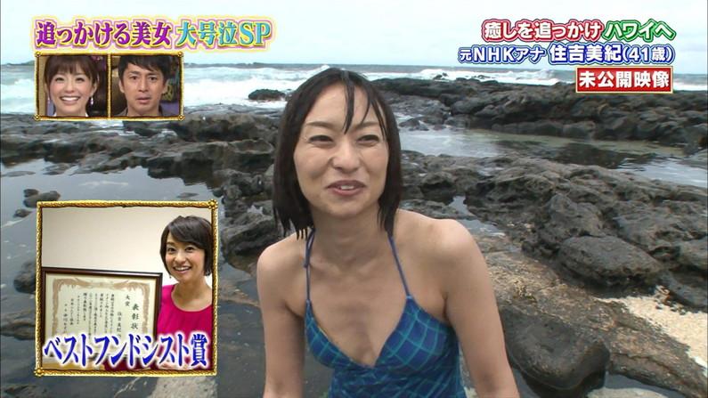 【水着キャプ画像】テレビに映る水着美女のオッパイがこぼれ落ちそうwww 16