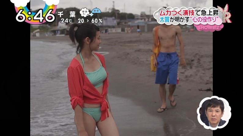 【水着キャプ画像】テレビに映る水着美女のオッパイがこぼれ落ちそうwww 18