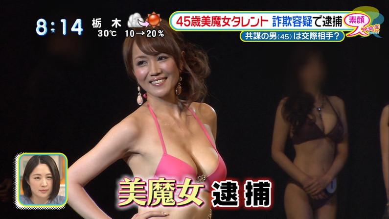 【水着キャプ画像】テレビに映る水着美女のオッパイがこぼれ落ちそうwww 19