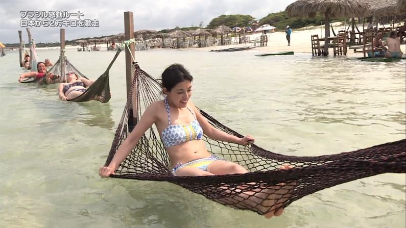 【水着キャプ画像】テレビに映る水着美女のオッパイがこぼれ落ちそうwww 20