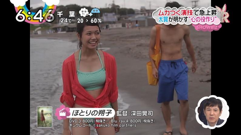【水着キャプ画像】テレビに映る水着美女のオッパイがこぼれ落ちそうwww 21