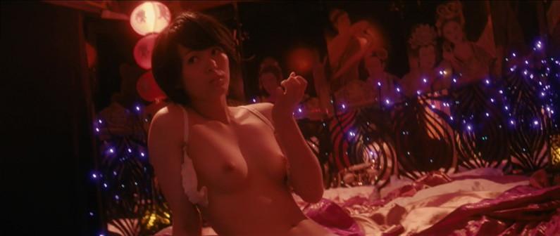 【濡れ場キャプ画像】女優が演じるベッドシーンが乳首丸出しで喘いでてヤバスwwww