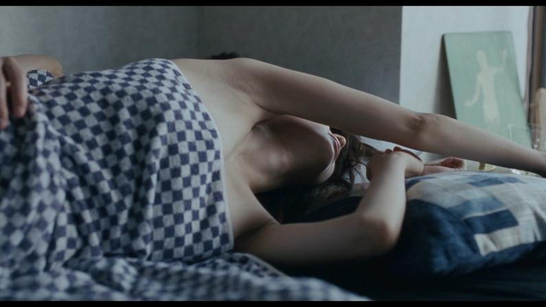 【濡れ場キャプ画像】女優が演じるベッドシーンが乳首丸出しで喘いでてヤバスwwww 03