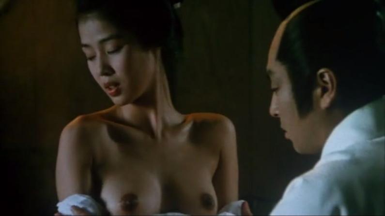【濡れ場キャプ画像】女優が演じるベッドシーンが乳首丸出しで喘いでてヤバスwwww 04
