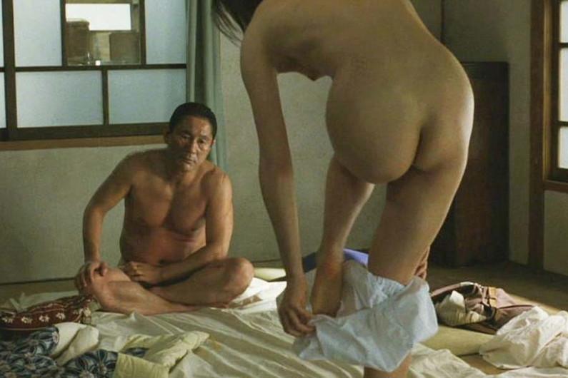 【濡れ場キャプ画像】女優が演じるベッドシーンが乳首丸出しで喘いでてヤバスwwww 07