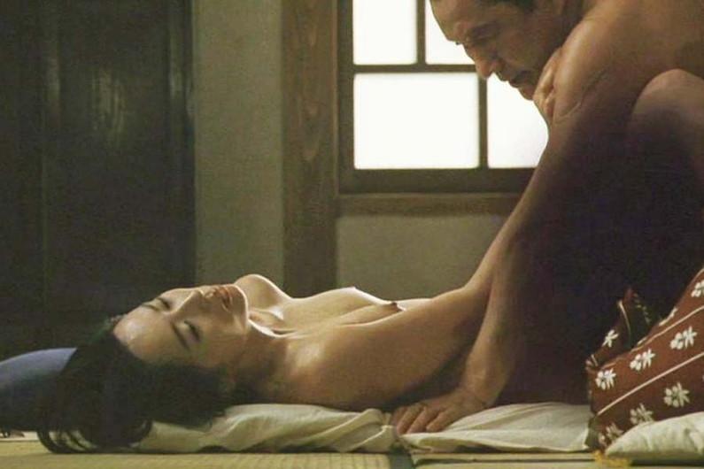 【濡れ場キャプ画像】女優が演じるベッドシーンが乳首丸出しで喘いでてヤバスwwww 08