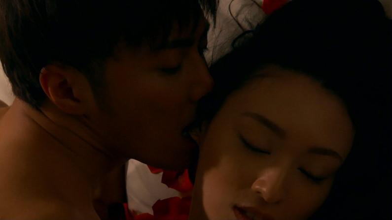 【濡れ場キャプ画像】女優が演じるベッドシーンが乳首丸出しで喘いでてヤバスwwww 10