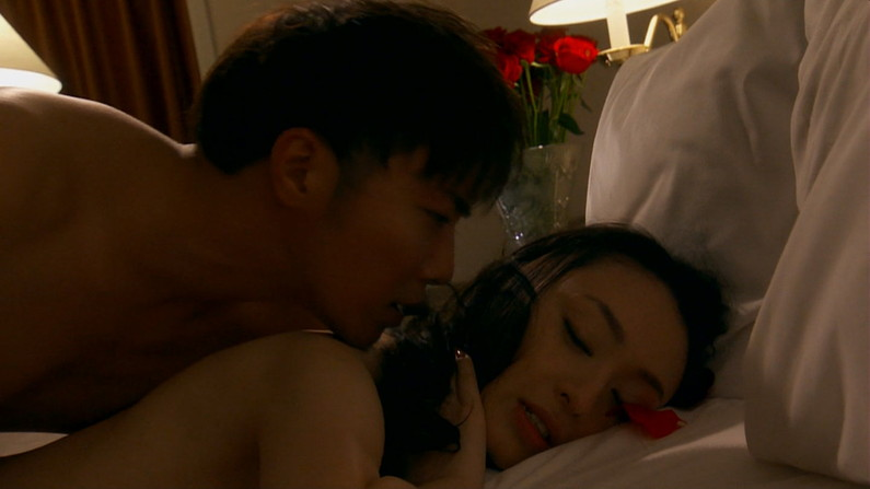 【濡れ場キャプ画像】女優が演じるベッドシーンが乳首丸出しで喘いでてヤバスwwww 12