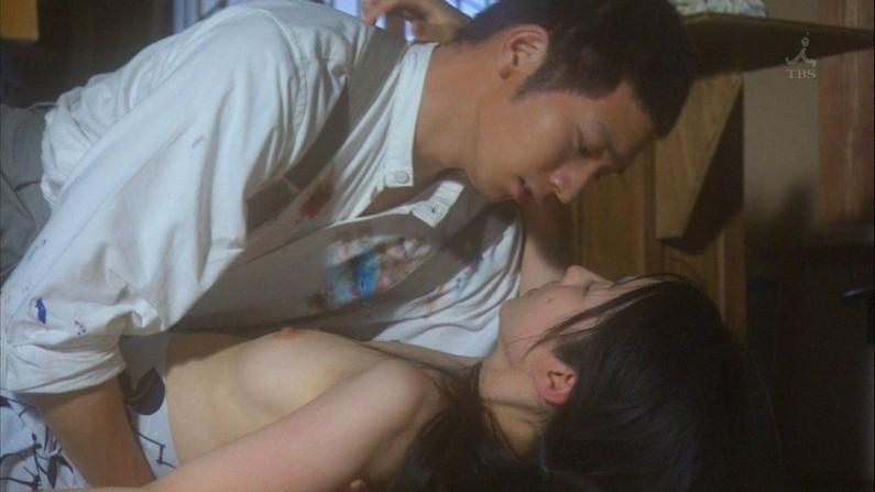 【濡れ場キャプ画像】女優が演じるベッドシーンが乳首丸出しで喘いでてヤバスwwww 15
